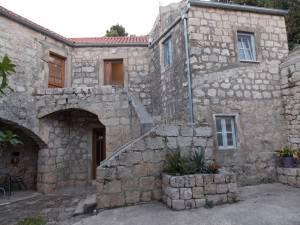 DSCN4022 300x225 - Samostan u početcima i danas