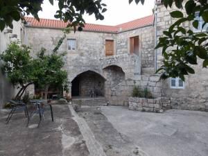 DSCN4023 300x225 - Samostan u početcima i danas