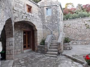 DSCN4024 300x225 - Samostan u početcima i danas
