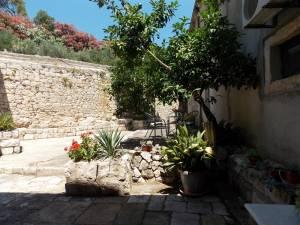 DSCN4047 300x225 - Samostan u početcima i danas