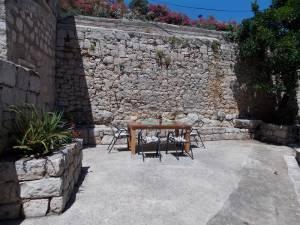 DSCN4049 300x225 - Samostan u početcima i danas