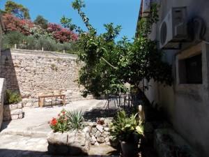 DSCN4053 300x225 - Samostan u početcima i danas